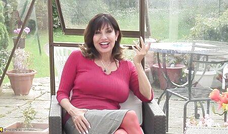 La milf américaine Zinnia Blue a l'air chaude dans film porno pour adulte gratuit un corps en résille rouge